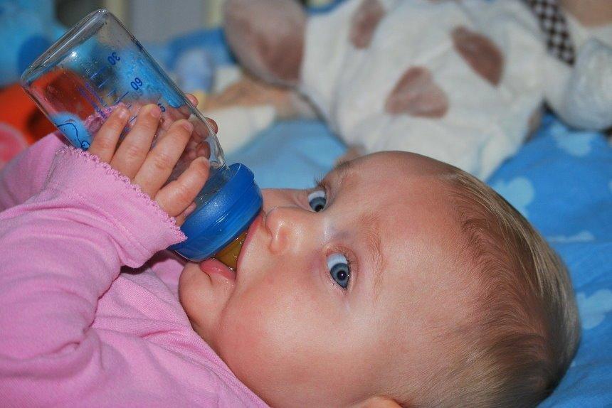 baby schreit beim flasche geben