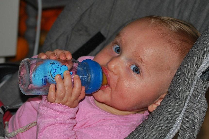 baby weint beim trinken